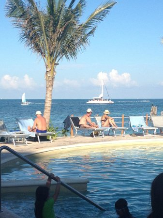 Cancun Bay Resort: Vista da Piscina para a praia