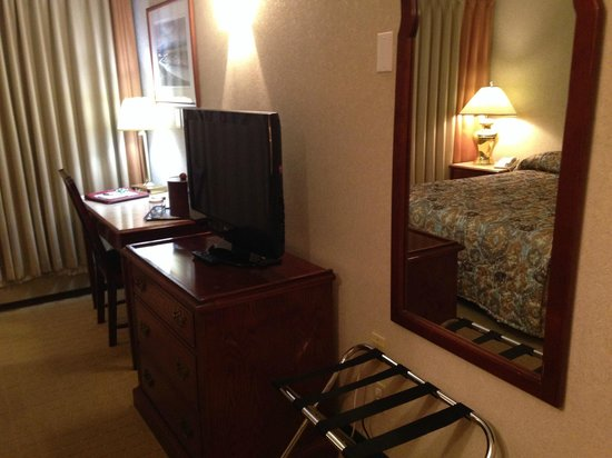 Westmark Whitehorse Hotel and Conference Center : Desk and Flat Screen TV