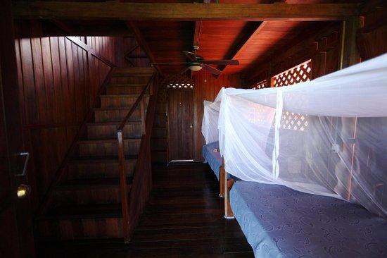 Hotel Las Caletas Lodge: Duplex-Bedroom Downstairs