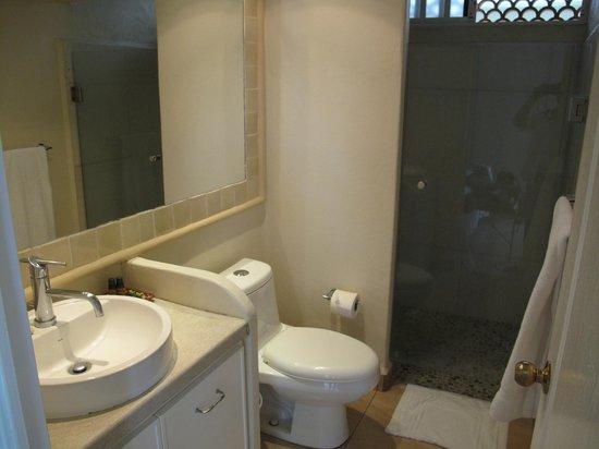 Mision de los Arcos: Bathroom