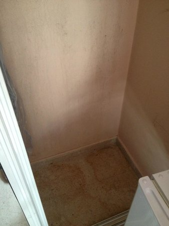 Oceana Hostal Playero: stains on wall and floor of closet