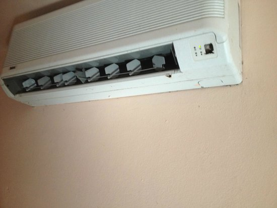 Oceana Hostal Playero : ac unit that would not turn off or adjust
