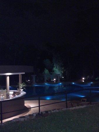 Yvy Hotel de Selva: Pileta y parque vista nocturna
