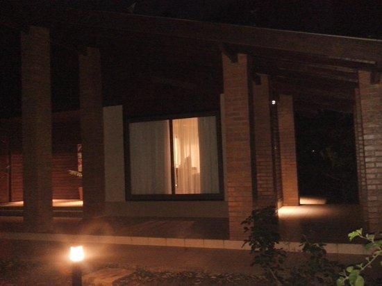 Yvy Hotel de Selva: Habitación vista exterior nocturna