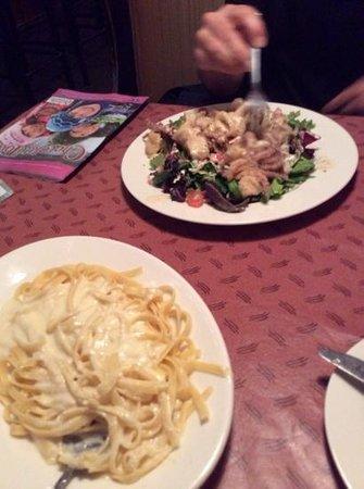 Fenicci's Restaurant : alfredo and calamari salad