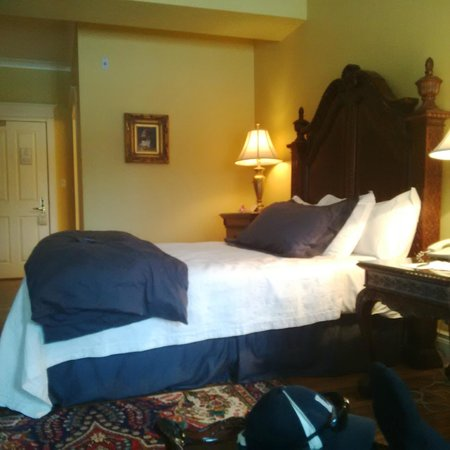 Riverbend Inn and Vineyard: comfy bed