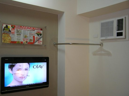 Red Planet Manila Makati: TV, clothes rack and air-con