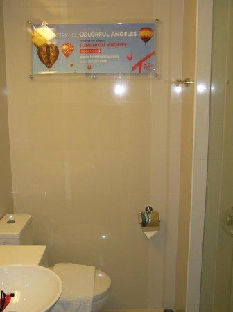 Red Planet Makati, Manila: View into bathroom