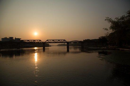 Felix River Kwai Resort - Kanchanaburi : Bridge at sunrise
