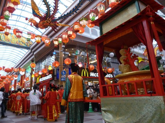 Kozanro Nagasaki Chinatown Honten: 店前のランタン飾り