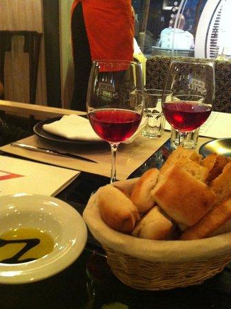 La Nicoletta Castellana : mesa com taças de vinho