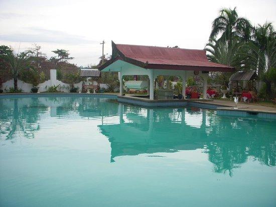 Royal Oberoi Resort Hotel : Bar in the pool.