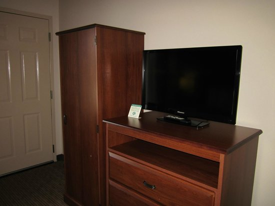 Quality Inn & Suites: TV and closet in bedroom area
