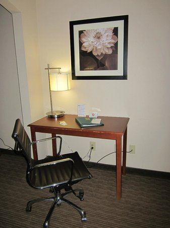 Quality Inn & Suites : Desk and Office Chair
