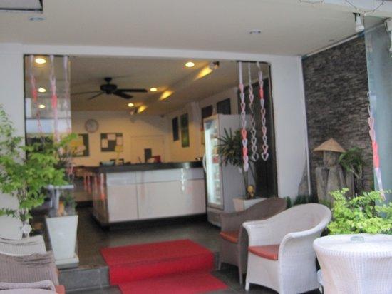 Mecca Beach Front Hotel Patong Phuket: hotel entrance
