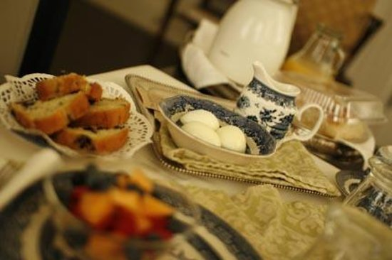French House Bed and Breakfast: Beautiful breakfast spread!