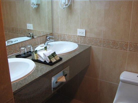 Hotel Riu Palace Paradise Island: Nice Bathroom