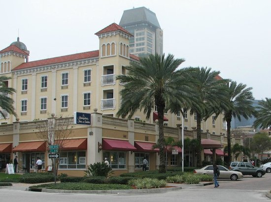 Hampton Inn and Suites St. Petersburg Downtown: Exterior of Hampton Inn for waterfront park across the street
