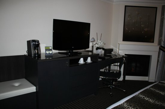 Le St-Martin Hotel Particulier Montreal: tv and desk area with fireplace