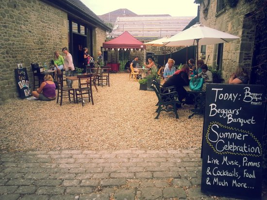 Beggars' Banquet Cafe : Summer celebration in the courtyard