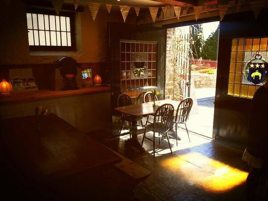 Beggars' Banquet Cafe : Cafe with barn doors open