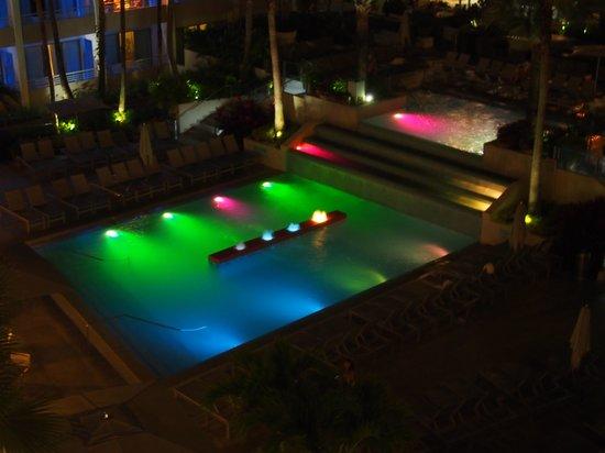 La Concha Renaissance San Juan Resort: Pool at night