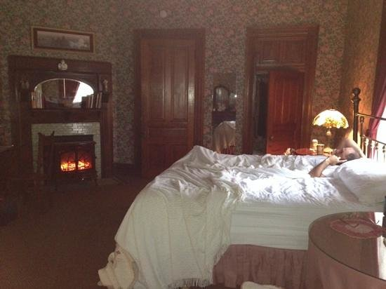 The Victorian Bed & Breakfast Inn: lots of space and comfort in mauney's suite