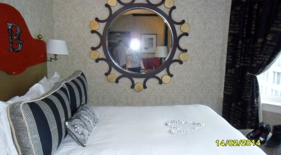 The Alise Chicago - A Staypineapple Hotel: Lots of mirrors
