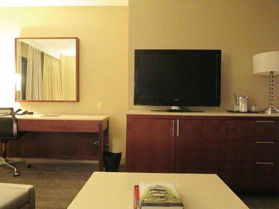 The Westin O'Hare: Livingroom TV and desk
