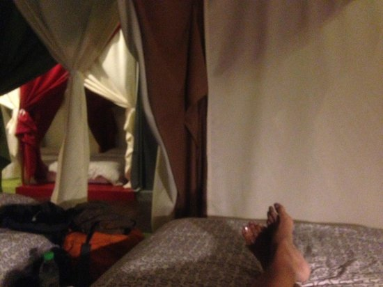 Queen's Hostel : Relaxing in my bed after a long day out. Loved it!