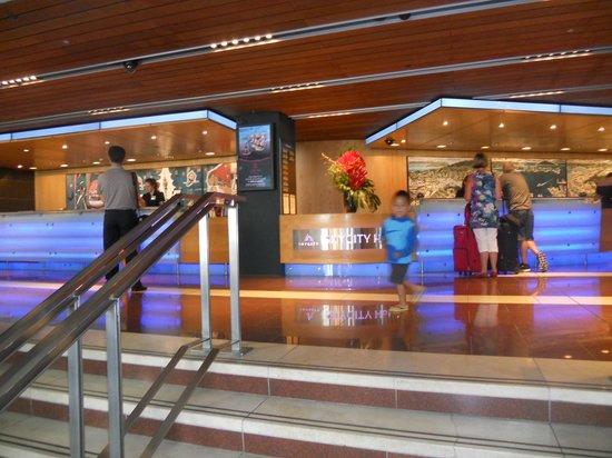 SKYCITY Hotel : Busy front desk