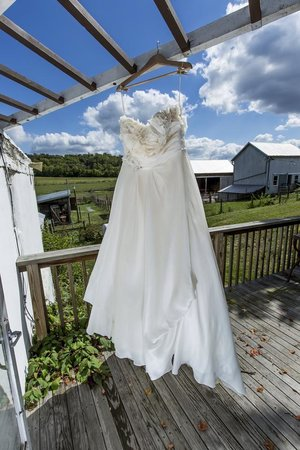 Evendale, Огайо: The farm's rustic landscape was the perfect place for a farm wedding