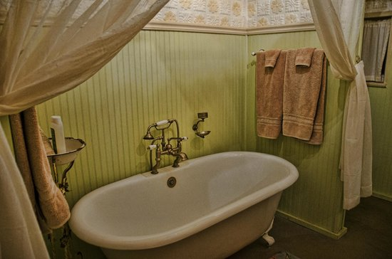Four Mile Creek Bed and Breakfast : Bathroom, Barn suite.