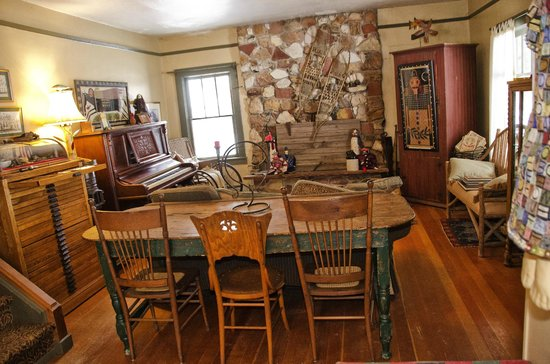 Four Mile Creek Bed and Breakfast: Inside main house.