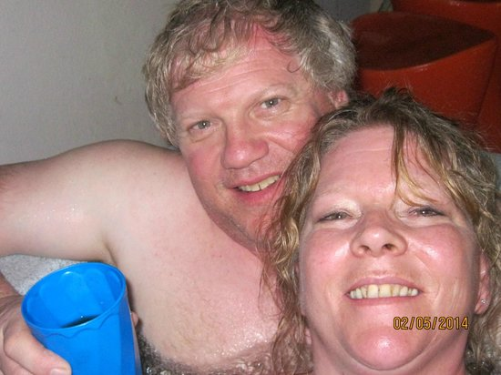 Coqui del Mar Guest House: relaxing in jacuzzi after long day in lod san juan