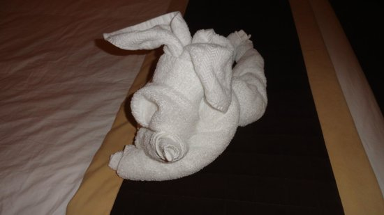 Ecola Creek Lodge: Cute animal towel creation that greeted us in our room