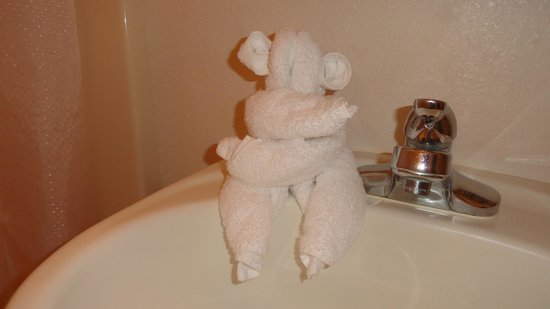 Ecola Creek Lodge: Cute towel animal creation that greeted us in our bathroom