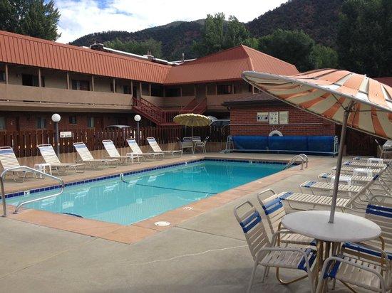 Glenwood Springs Cedar Lodge: Outdoor Pool (summer use only)