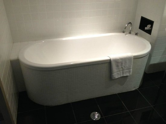 Amora Hotel Jamison Sydney : Bath was deep and divine