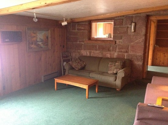 Glenwood Springs Cedar Lodge: Living room in house (open window into kitchen)