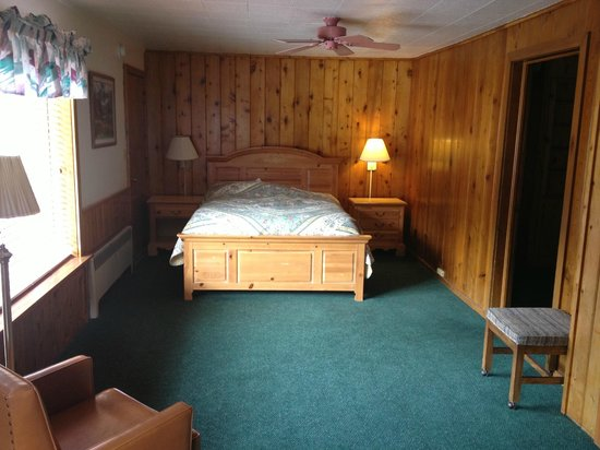 Glenwood Springs Cedar Lodge : Master bed (converted from the front room) door doesn't open