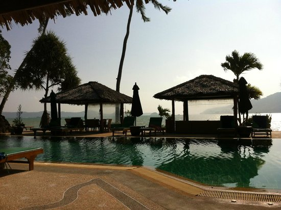 Friendship Beach Resort & Atmanjai Wellness Centre: Piscine et terrasse