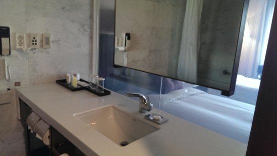 Ramada Seoul Hotel: バスルームから部屋が見える