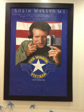 โรงแรมฮานอย รองเดซ์วูส์: Original art in cafe, of old US movie poster.
