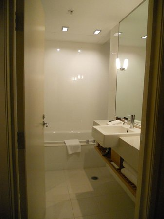 SKYCITY Grand Hotel: Room with tub & shower