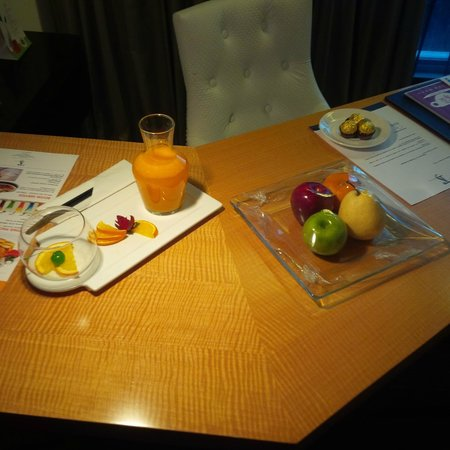 TS Suites Surabaya: Not just a glass but a carafe of fresh squeezed OJ in room along with nice fruits