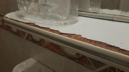 Solares Del Alto Hotel: estantero del espejo en el baño en PESIMO estado