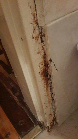 Solares Del Alto Hotel: marco de puerta del baño occidadisimo, una falta de respeto