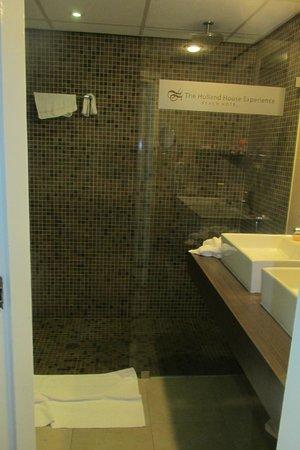 Holland House Beach Hotel: Nice Bathroom