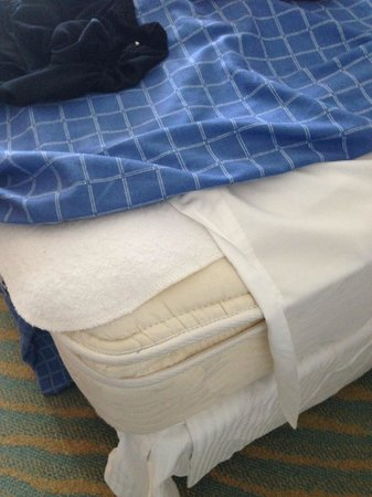 Grand Lucayan, Bahamas: Sheets dont fit the bed.